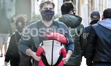 Μπουρδούμης: Βόλτα με τον γιο του στο μάρσιππο! Το πιο... γλυκό βάρος της ζωής του!