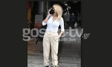 Δεν την αναγνωρίσαμε! Το street look και τα παπούτσια που θα σε ξετρελάνουν!