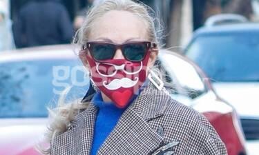 Έχετε δει πιο στυλάτη μάσκα προστασίας; Ούτε εμείς! Ποια κρύβεται πίσω από αυτή;