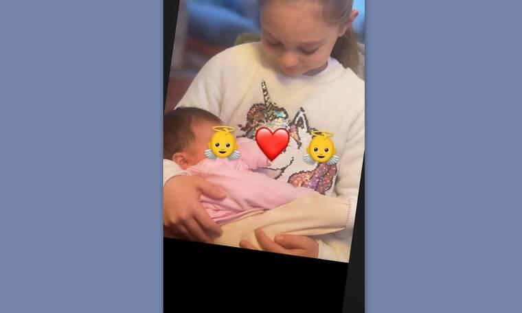 Η πιο γλυκιά φώτο! Η μεγάλη κόρη γνωστής ηθοποιού κρατά το νεογέννητο αδερφάκι στην αγκαλιά της!