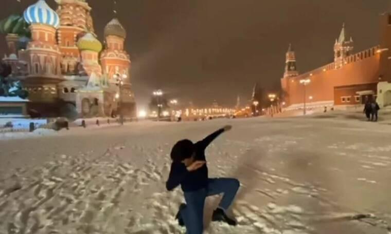 Μόσχα: Έλληνας αψήφησε το χιονιά και χορεύει ζεϊμπέκικο στην Κόκκινη Πλατεία (video)