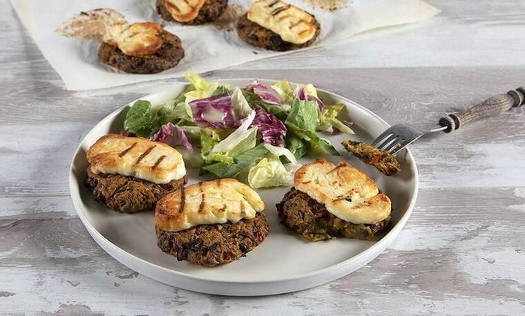 Νόστιμα μπιφτέκια λαχανικών με χαλούμι από τον Άκη Πετρετζίκη