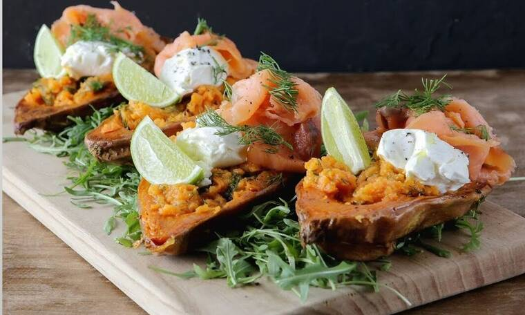 Αυτή τη συνταγή θα τη λατρέψεις! Γλυκοπατάτες γεμιστές με σολομό από τον Πετρετζίκη
