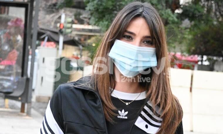 Τι κρίμα που η μάσκα κρύβει το λαμπερό χαμόγελό της! (photos)