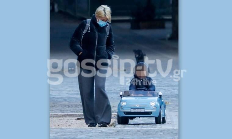 Σία Κοσιώνη: Ο περίπατος με τον γιο της και το casual στιλ στο κέντρο της Αθήνας