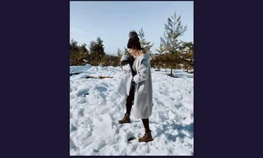 Πέρυσι πόζαρε ως εγκυμονούσα και φέτος βγήκε στα χιόνια με τον γιο της