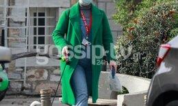 Η πιο ανατρεπτική της εμφάνιση! Το πράσινο παλτό και η τζιν ολόσωμη φόρμα της