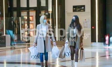 Αγνώριστες οι παρουσιάστριες με τη μάσκα προστασίας! Με απίθανο στιλ για ψώνια