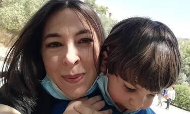 Αλίκη Κατσαβού: Οι τρυφερές αγκαλιές μαμάς και γιού μας έκαναν να... λιώσουμε!