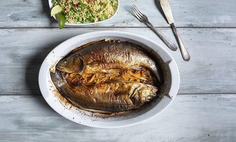 Ένα υγιεινό και εύκολο πιάτο! Λαβράκι με λαχανικά και κους κους από τον Άκη Πετρετζίκη