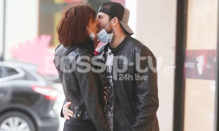 Κατέβασαν τις μάσκες και άρχισαν τα φιλιά στη μέση του δρόμου! (Photos)