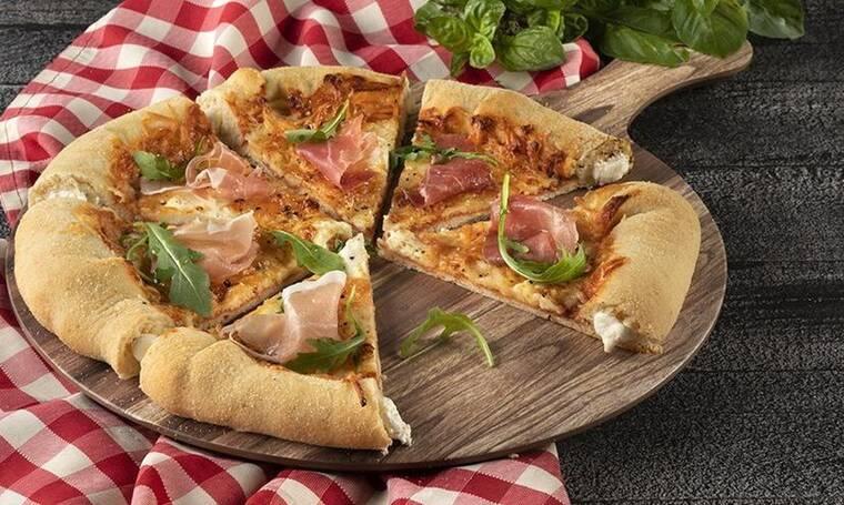 Λαχταριστή πίτσα με 4 τυριά και κρούστα με τυρί κρέμα από τον Άκη Πετρετζίκη