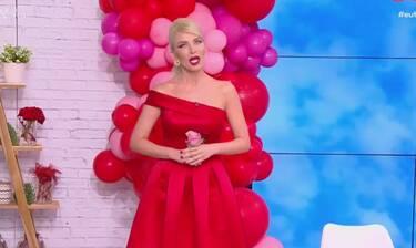 Η εντυπωσιακή εμφάνιση της Καινούργιου – Το κόκκινο φόρεμα και το δώρο του συντρόφου της