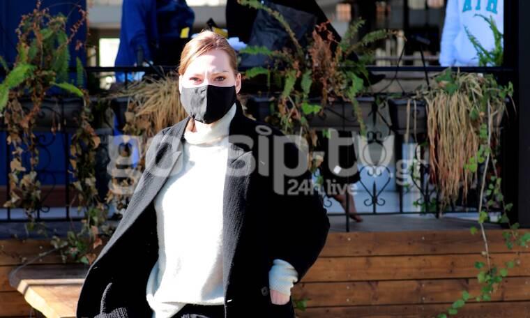 Αγνώριστη με μάσκα και black and white look! Την βλέπουμε καθημερινά στην TV