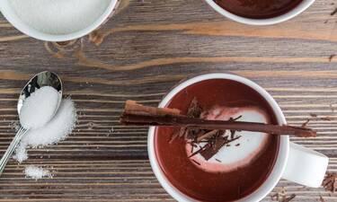 Αγίου Βαλεντίνου: Φτιάξτε εύκολα και γρήγορα ζεστή σοκολάτα red velvet όπως ο Πετρετζίκης