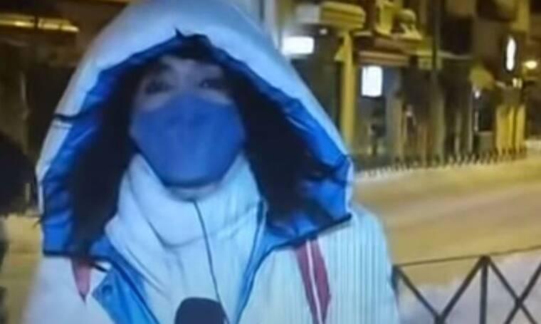 Aπίστευτο! Δημοσιογράφος μετέδιδε ρεπορτάζ για την κακοκαιρία και περαστικός έδειξε τα οπίσθιά του