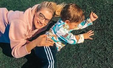 Τζένη Θεωνά: Φωτογραφίζει τον γιο της και τον αποκαλεί «παιδί των λουλουδιών»