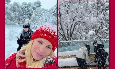 Ελένη Μενεγάκη: Παιχνίδια στο χιόνι με τα παιδιά της και τον Μάκη Παντζόπουλο