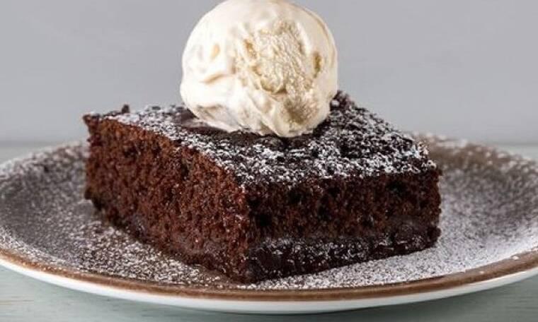 Φτιάξτε βραστό κέικ σοκολάτας όπως ο Άκης Πετρετζίκης