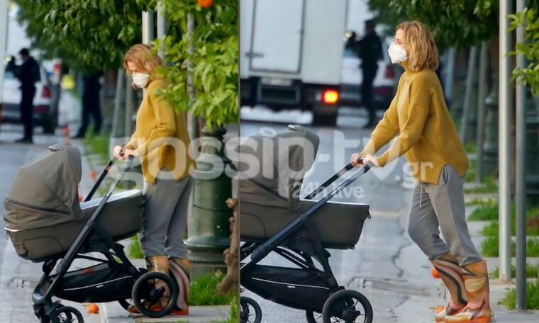 Τζένη Μπαλατσινού: Βόλτα με το μωρό της στον Εθνικό κήπο! Το causal look και η τέλεια σιλουέτα της