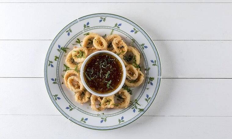 Πεντανόστιμα καλαμαράκια τηγανητά με πικάντικη σάλτσα από τον Άκη Πετρετζίκη