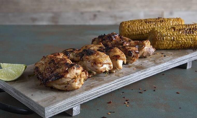 Φτιάξτε κοτόπουλο φιλέτο ψητό με τσίλι και λάιμ όπως ο Άκης Πετρετζίκς