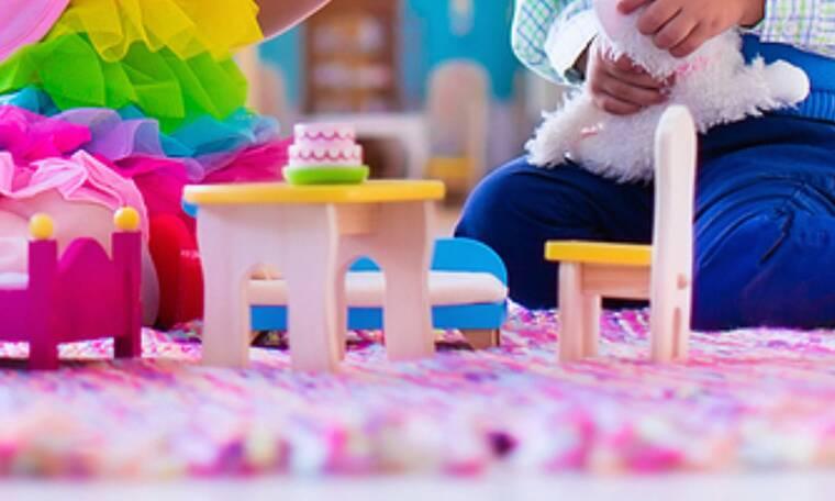 Όταν τα παιδιά προσπαθούν να κάτσουν σε μικροσκοπικές καρέκλες (vids)