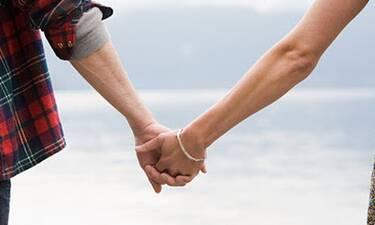 Νέος έρωτας στην ελληνική σόουμπιζ! Η βόλτα στη Γλυφάδα και το τρυφερό φιλί!