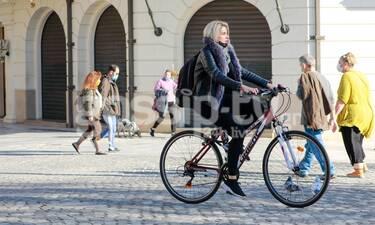 Το ποδήλατο έγινε η αγαπημένη της συνήθεια και εμείς την «τσακώσαμε» στο κέντρο της Αθήνας