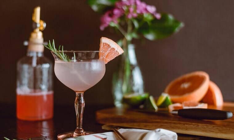 Ραντεβού για cocktails στο σπίτι: Πώς θα οργανώσεις το τέλειο virtual party
