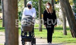Τζένη Μπαλατσινού: Βόλτα με το νεογέννητο μωρό της - Δεν την αναγνωρίσαμε με τη μάσκα και τα γυαλιά!