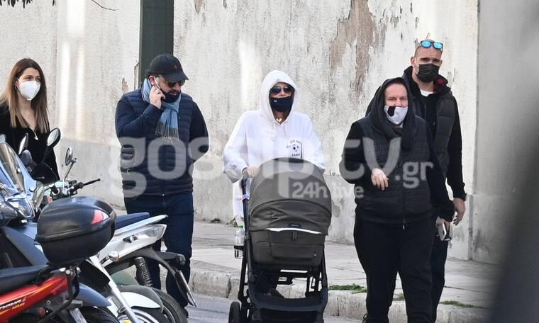 Ποιος να την αναγνωρίσει με μάσκα, γυαλιά και κουκούλα στη νέα εμφάνιση με το νεογέννητο μωρό της;