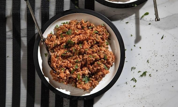 Μια διαφορετική τηγανιά με κιμά και ρύζι από τον Άκη Πετρετζίκη