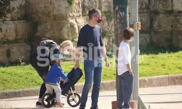 Μπακογιάννης - Κοσιώνη: Χαλαρή βόλτα στο κέντρο της Αθήνας με τον Παύλο και τον Δήμο