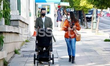 Νικολέτα Ράλλη: Βόλτα με την κόρη της και την μητέρα της στο κέντρο της Αθήνας