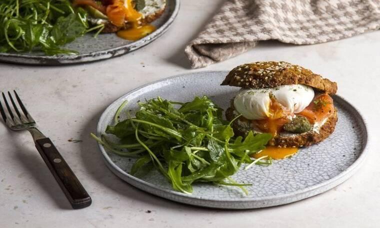 Ψωμάκια ολικής με βρόμη και καρότο από τον Άκη Πετρετζίκη