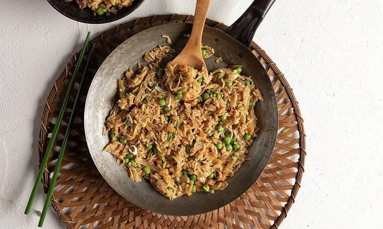 Πεντανόστιμο τηγανητό ρύζι από τον Άκη Πετρετζίκη