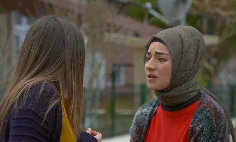 Elif: Η Ελίφ χρησιμοποιήσει τον υπολογιστή του Ταρίκ και πληκτρολογεί το όνομα της μητέρας της