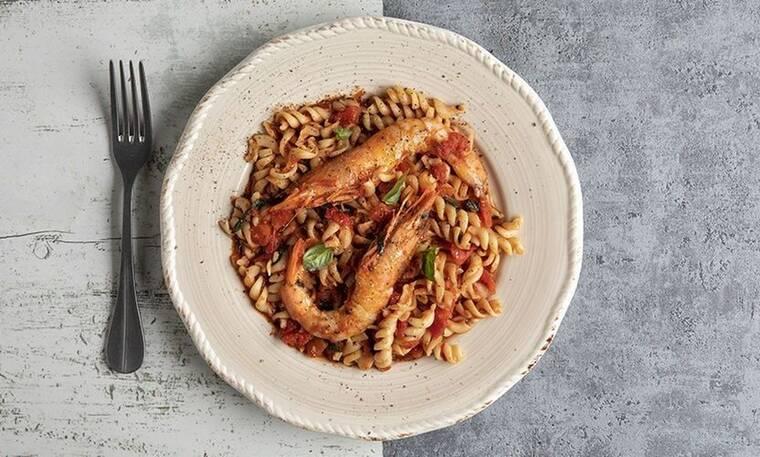 Βίδες με γαρίδες και κόκκινη σάλτσα από τον Άκη Πετρετζίκη!