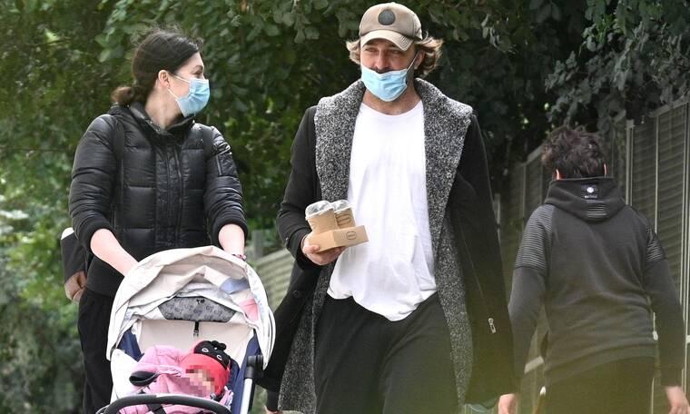 Ιβάν Σβιτάιλο: Ξεκίνησε τις βόλτες με την κορούλα του - Πάντα δίπλα η σύζυγός του
