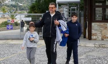 Γιώργος Λιάγκας: Βόλτα με τους γιους του στη Βουλιαγμένη!