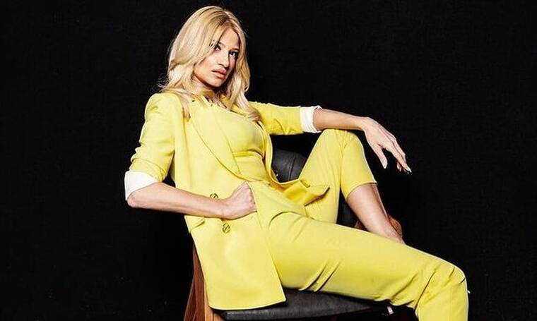 Φαίη Σκορδά: Η απίθανη βεράντα της, η φωτό χωρίς μακιγιάζ και η πόζα με λευκό πουκάμισο