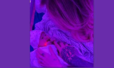 Μόλις γέννησε! Η πρώτη φωτογραφία με τη νεογέννητη κόρη της