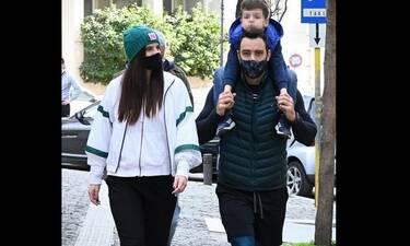 Ο Τανιμανίδης κάνει πρόβα για τις δίδυμες! Η βόλτα με την Μπόμπα και τον βαφτισιμιό τους!