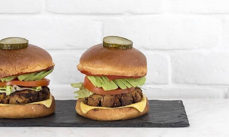 Vegan burger με μανιτάρια από τον Άκη Πετρετζίκη