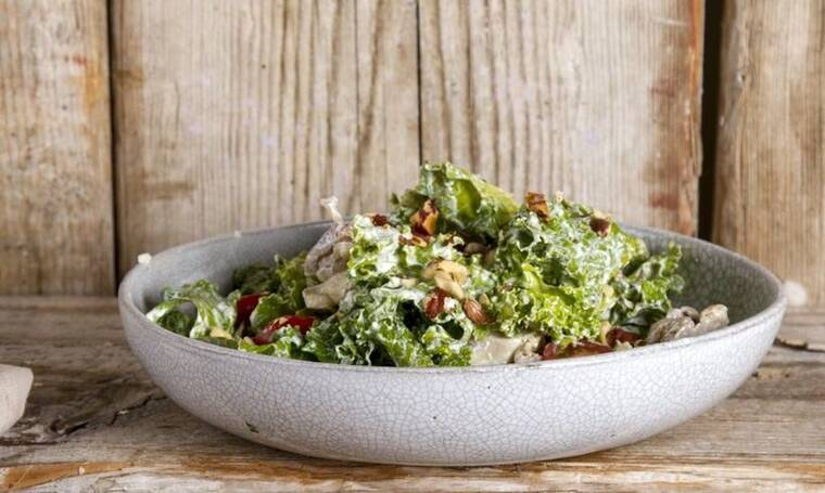 Caesar salad με βραστό κοτόπουλο και κέιλ από τον Άκη Πετρετζίκη!