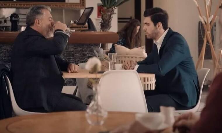 8 λέξεις: Ο Άκης απαιτεί από τον Αιμίλιο να απολύσει τον Σίμο από το κανάλι