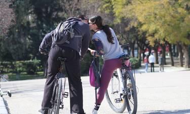 Αυτός είναι έρωτας! Η πρώτη δημόσια εμφάνιση του επώνυμου ζευγαριού και το φιλί στο στόμα!
