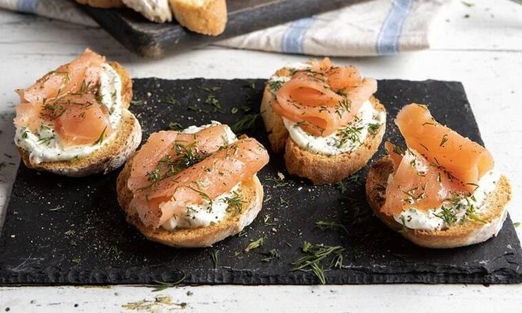 Crostini με τυρί κρέμα και σολομό από τον Άκη Πετρετζίκη