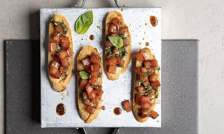 Μπρουσκέτες με ντομάτα από τον Άκη Πετρετζίκη